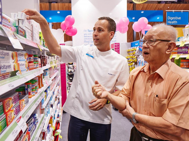 Pharmacist assisting a customer (Creative Commons)